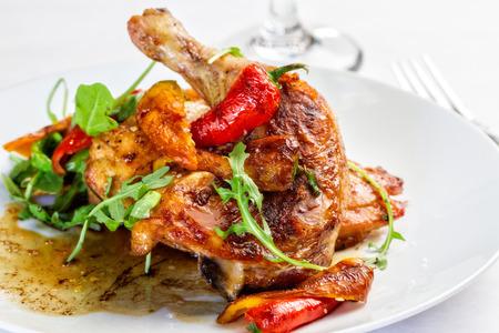 칠리 고추와 닭고기의 도금 식사