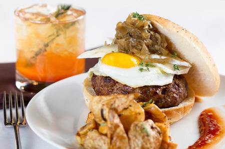 계란과 양파와 햄버거의 도금 식사