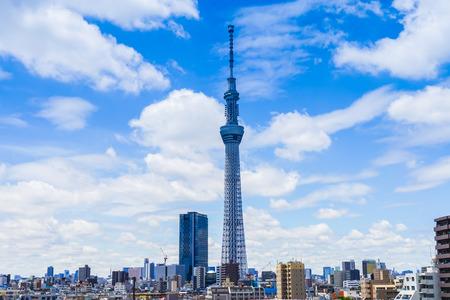 Bewölkte Himmel mit Tokyo-Himmelbaum Standard-Bild - 63466701
