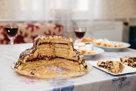 cake birthday: Torta dolce sul tavolo con altri prodotti alimentari e bevande Archivio Fotografico