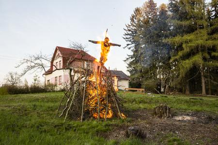 La quema de brujas en llamas con fundamento casa y árboles forestales Foto de archivo