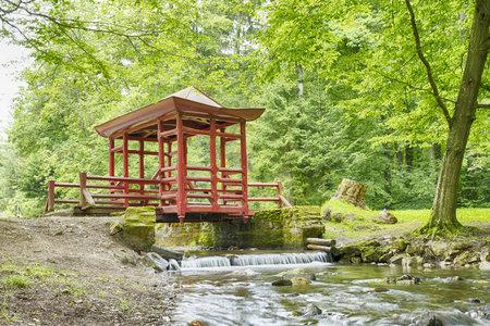 ponte giapponese: Ponte giapponese con tetto e il colore rosso attraverso il fiume Archivio Fotografico