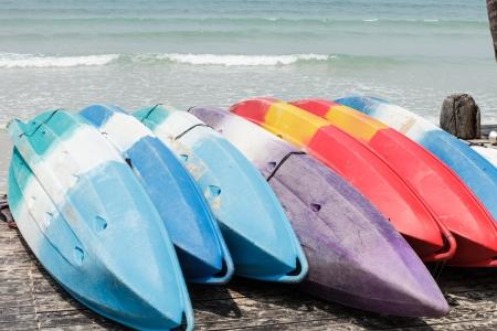 fibreglass: Kayaks de fibra de vidrio de colores en la playa en la isla de Koh Kood, Tailandia