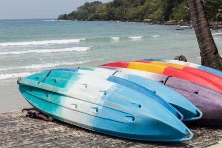 fibra de vidrio: Kayaks de fibra de vidrio de colores en la playa en la isla de Koh Kood, Tailandia