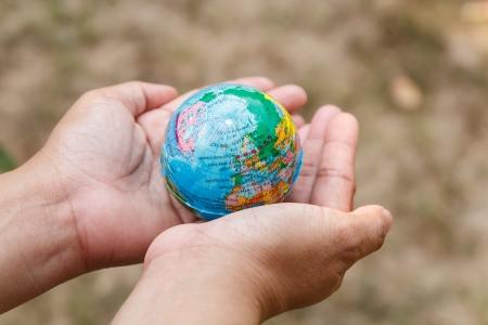 女性の手の概念が地球を守る 写真素材
