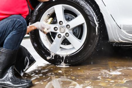 洗車で車をクリーニング男