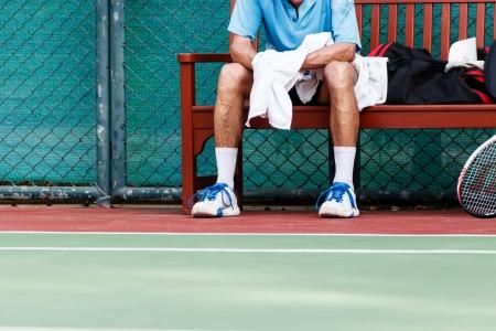 試合を待っているテニス プレーヤー