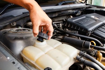 radiador: Hombre de la mano la comprobación del radiador del coche