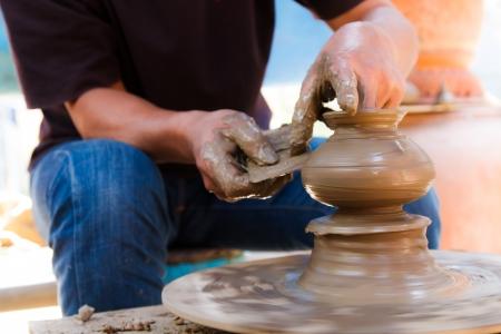 クレット島、タイでタイの伝統的な粘土陶器を作った手