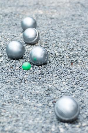 金属ペタンク ボールと地面に小さな緑のジャック 写真素材