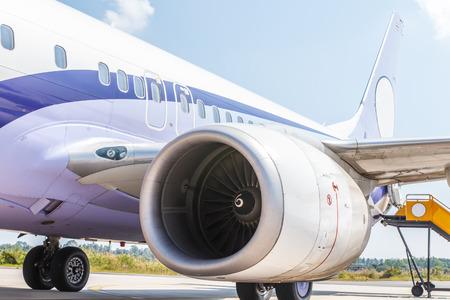 空港の旅客飛行機の停止のエンジン