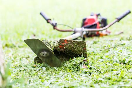 背景が緑の芝生芝刈り機