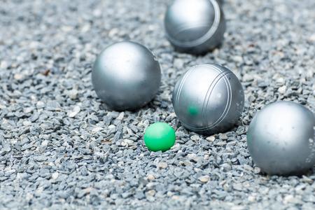 金属ペタンク ボールと地面の小さな緑のジャック