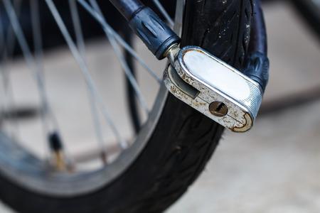 公園で自転車の車輪をブロック セキュリティ ロック 写真素材