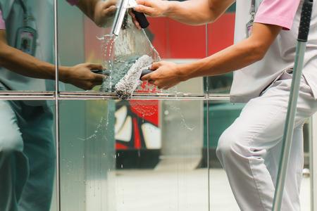cleaning window: Finestre di pulizia operaio nella costruzione-2 Archivio Fotografico