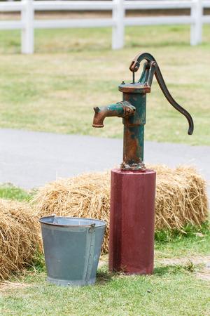 bomba de agua: Bomba de agua de la mano de estilo retro (bomba de agua de edad)