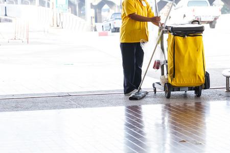 Limpiador Mujer con cubo de la fregona en un edificio de 3 oficina Foto de archivo