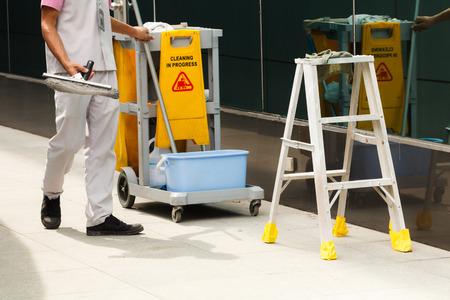 limpieza: Limpia en proceso de limpieza con la fregona y escaleras Foto de archivo