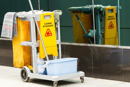 signos de precaucion: Cubo de la fregona de la limpieza en el proceso