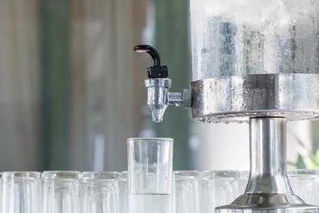 tomando agua: Colseup más fresco para beber agua fría con vidrio