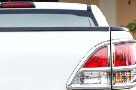 後方車のライトのクローズ アップ