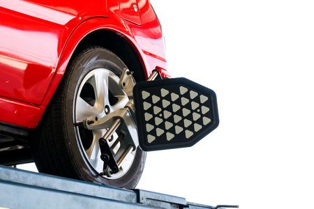 白い背景の赤い車ホイール テスト