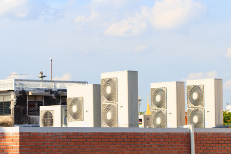 aire puro: Condición del compresor de aire en el techo con fondo de cielo azul
