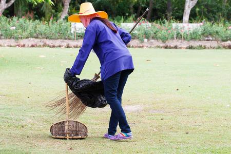 公共の公園で通路を清掃道路掃除