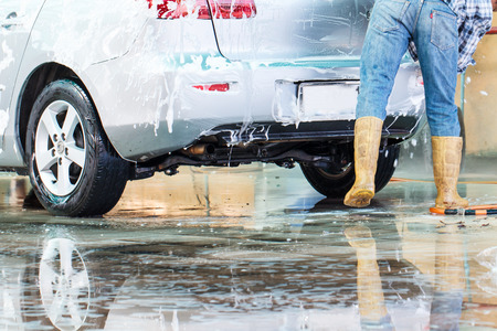 carwash: Trabajador de lavado de coches en el tren de lavado Foto de archivo