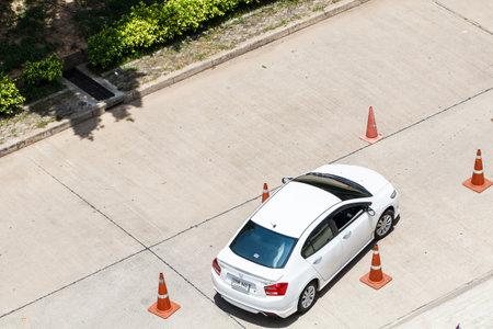 タイ ・ ノンタブリー-2015 年 6 月 28 日: レッスン講師と学習者ドライバー テスト車の平面図します。ローカル側ノンタブリ、タイでの写真。
