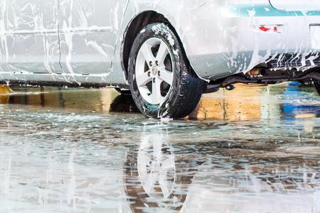 carwash: Lavado del coche en el carwash Foto de archivo