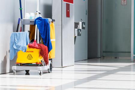personal de limpieza: Cubo de la fregona de la limpieza en el proceso de interior