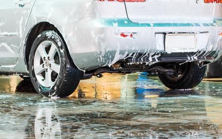 auto lavado: Lavado del coche en el carwash Foto de archivo