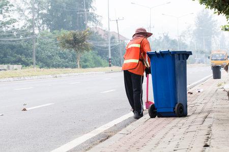 recolector de basura: Satun, Tailandia-27 de agosto 2015: Trabajador Urbano limpieza de la carretera y azul basura. Forma Photo Satun, Tailandia