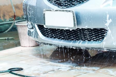 auto lavado: Coche cuando se lava en el servicio de lavado de coches Foto de archivo