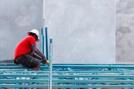 obrero trabajando: SATUN, Tailandia -AGOSTO 28 de 2015: Trabajador de la construcción que trabajan en el sitio de construcción. Foto de Koh Lipe Satun, Tailandia.