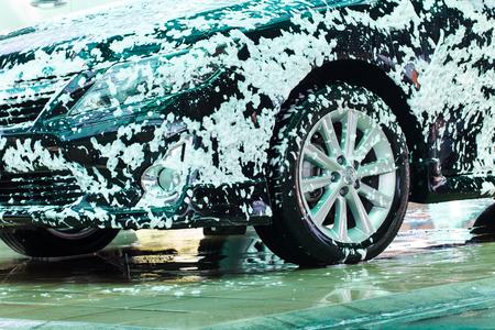 carwash: coche negro en el lavado en el lavado de coches