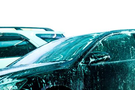 auto lavado: Coche para lavar en el tren de lavado con fondo blanco Foto de archivo