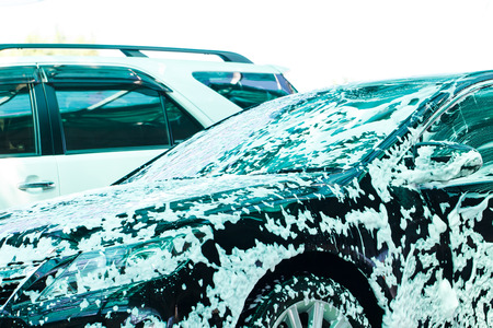 auto lavado: Coche en el lavado en el lavado de coches Foto de archivo