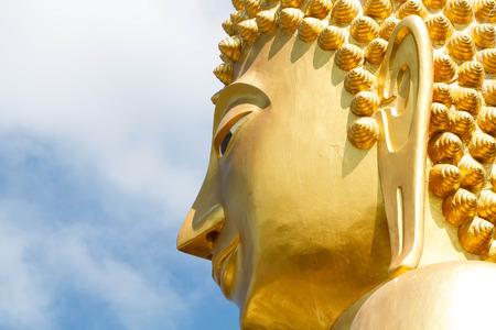 cabeza de buda: Cerca cabeza de Buda en el día Foto de archivo