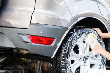 auto lavado: Coche en el lavado en el lavado de coches y de los trabajadores