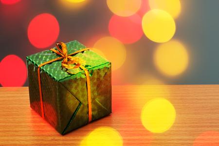 緑バックス赤と黄色のボケ味を持つクリスマス 写真素材