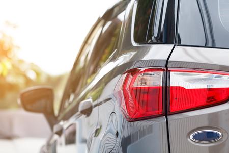 Auto geparkeerd bijna binnen een openluchtparkeerterrein overdag Stockfoto