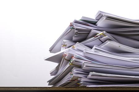 Pile de papier document avec trombone coloré sur table en bois, concept d'entreprise sans papier utilisé et surcharge de travail. Banque d'images