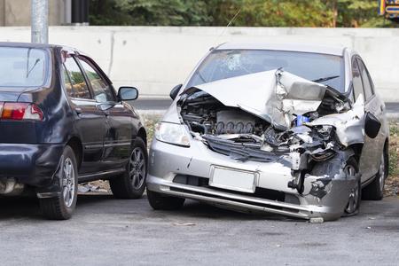 La parte delantera del coche plateado se daña por accidente en la carretera Foto de archivo