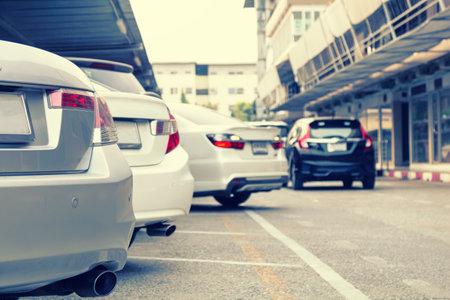 Voiture garée à la ligne de stationnement intérieur avec voiture en marche arrière.