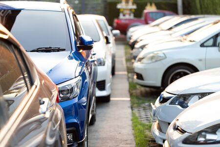 Blaues Auto ordentlich auf einem Außenparkplatz geparkt. Standard-Bild