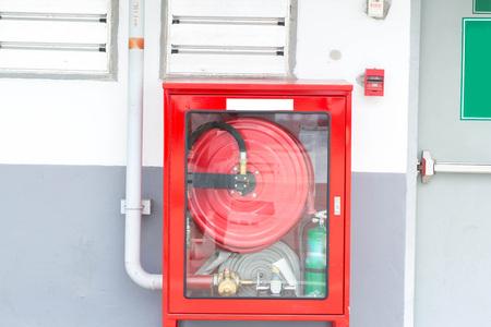 manguera: extintor de fuego en la pared de un edificio moderno Foto de archivo