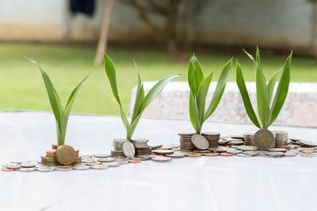 Bespaar geld met een stapel geldmunt voor het laten groeien van uw bedrijf