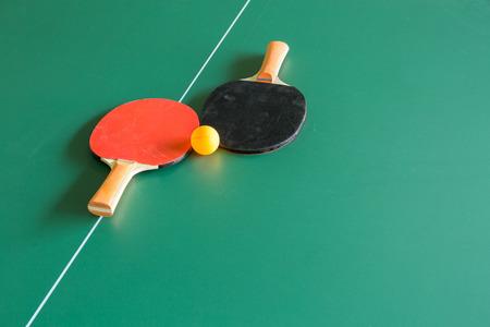 adentro y afuera: Pelota de ping pong con Remo en tabla de tenis Foto de archivo